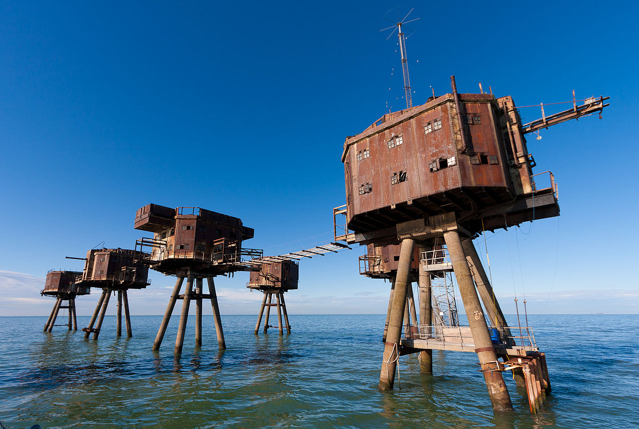 The Red Sands Maunsell sea fort in the Thames estuary, off the north coast of Kent. Photograph by Russ Garrett via Wikimedia Commons.